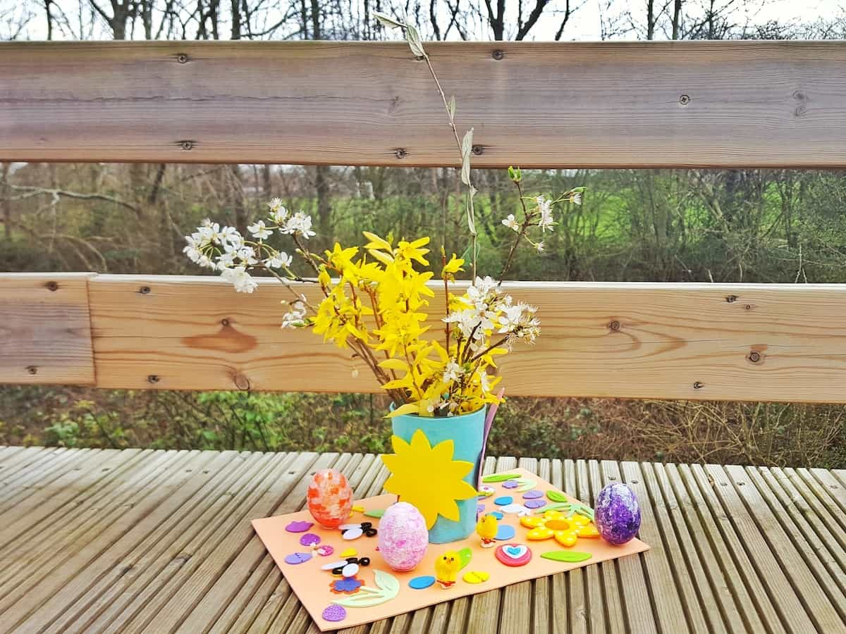 Crafts for children – easy Easter table decoration with vase