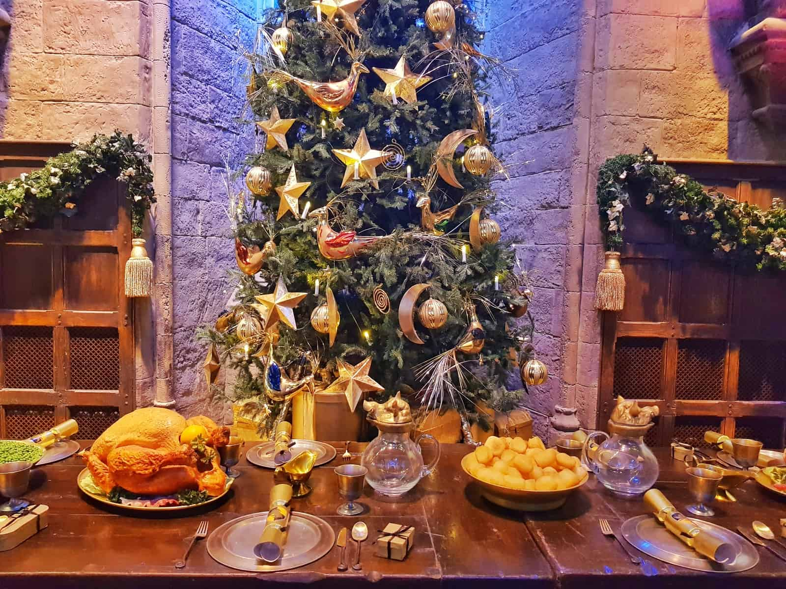 Christmas tree and table in the Hogwarts great hall